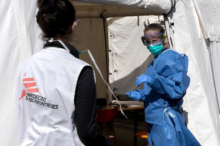 ベルギーの首都ブリュッセルに特設された医療テントで、 感染疑いのある移民の医療援助にあたるMSFスタッフ